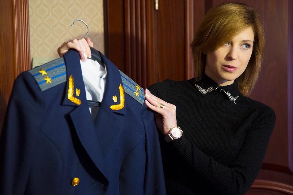 Наталья Поклонская демонстрирует форменную одежду в рабочем кабинете. Фото: Руслан Шамуков/ТАСС