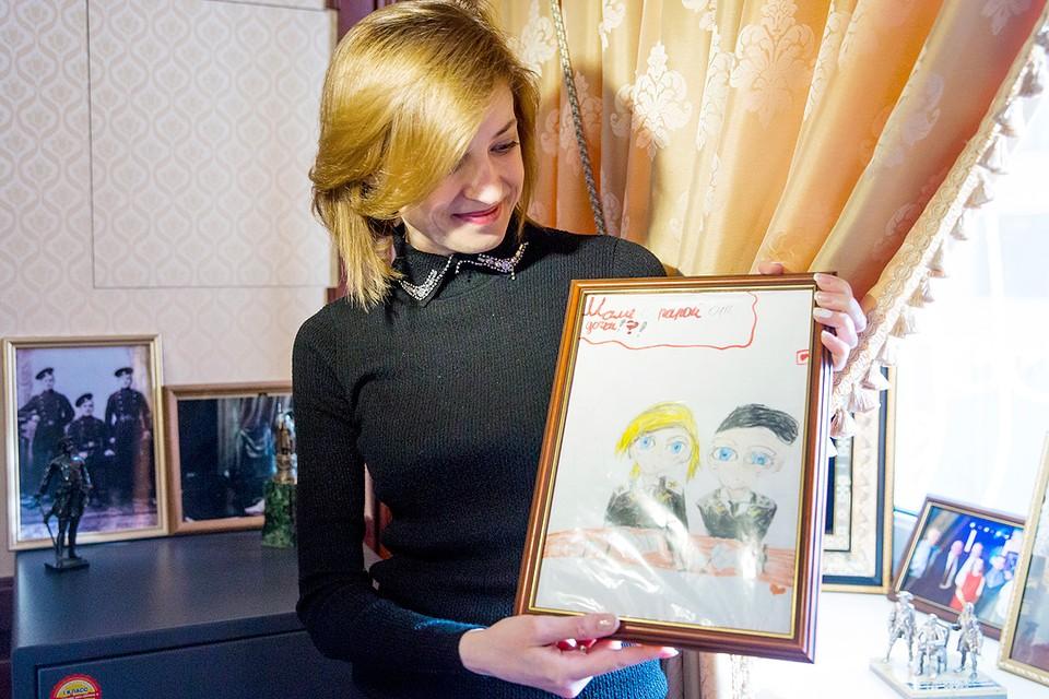 С рисунком дочери Насти в рабочем кабинете. Фото: Руслан Шамуков/ТАСС