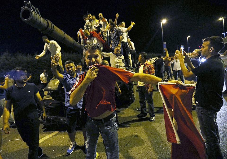 Танк военных путчистов остановлен противниками мятежа на подступах к аэропорту Ататюрк.
