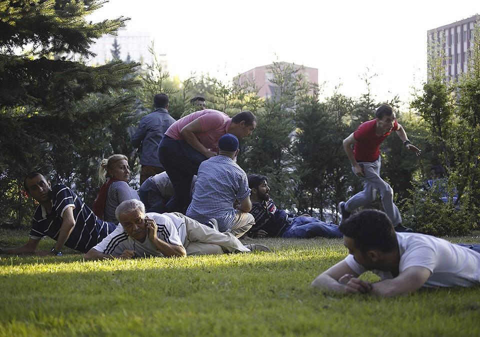 Жители Анкары укрываются от пуль.