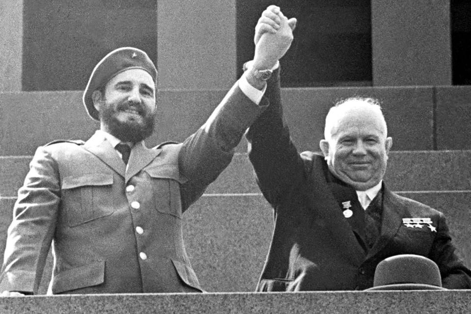 Никита Хрущев и Фидель Кастро на трибуне Мавзолея. 1962 год