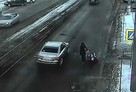 Волгоградец помог матери с тройняшками перейти дорогу, пока машины норовили их сбить