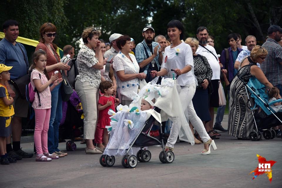 В Новосибирске прошел парад колясок