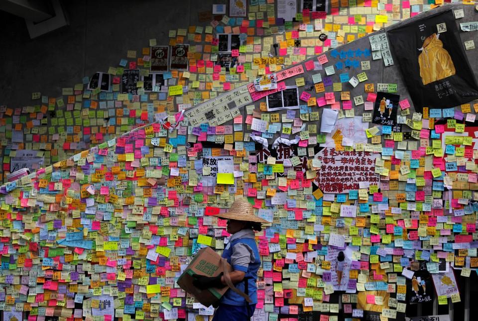 Протестующие в Гонконге покинули здание Национального заксобрания, оставив сотни записок со своими лозунгами.