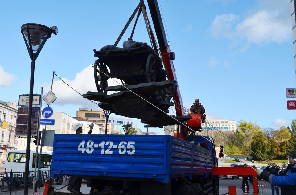 В Курске демонтировали памятник предпринимателю