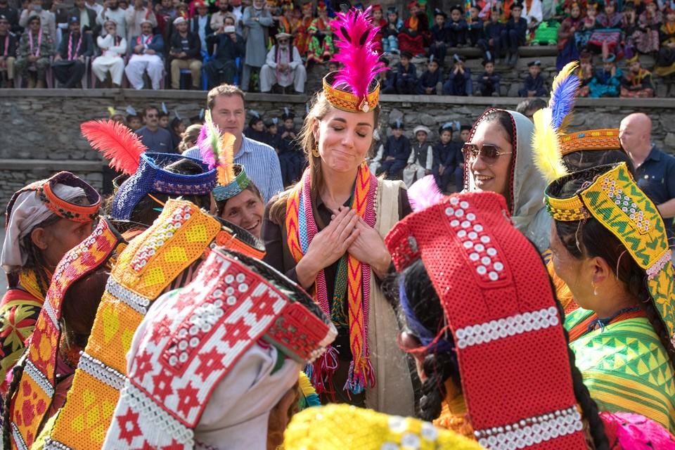 Герцогиня Кэмбриджская Кэтрин в ярком национальном наряде народа калашей, Пакистан.