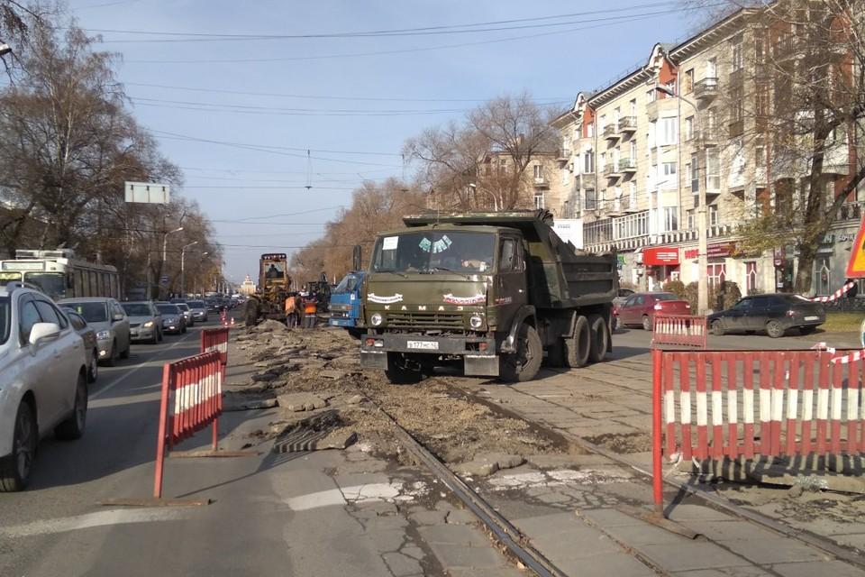 Начался капитальный ремонт проспекта Металлургов в Новокузнецке. Первым делом рабочие демонтируют трамвайные пути. После ремонта на проспекте будет шестиполосное движение. Без трамваев.