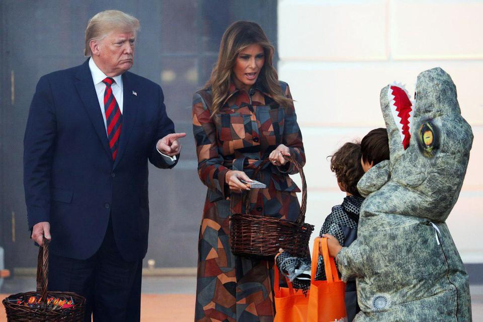 Президент США Дональд Трамп и первая леди Мелания Трамп раздали детям сладости в Белом доме в честь Хеллоуина