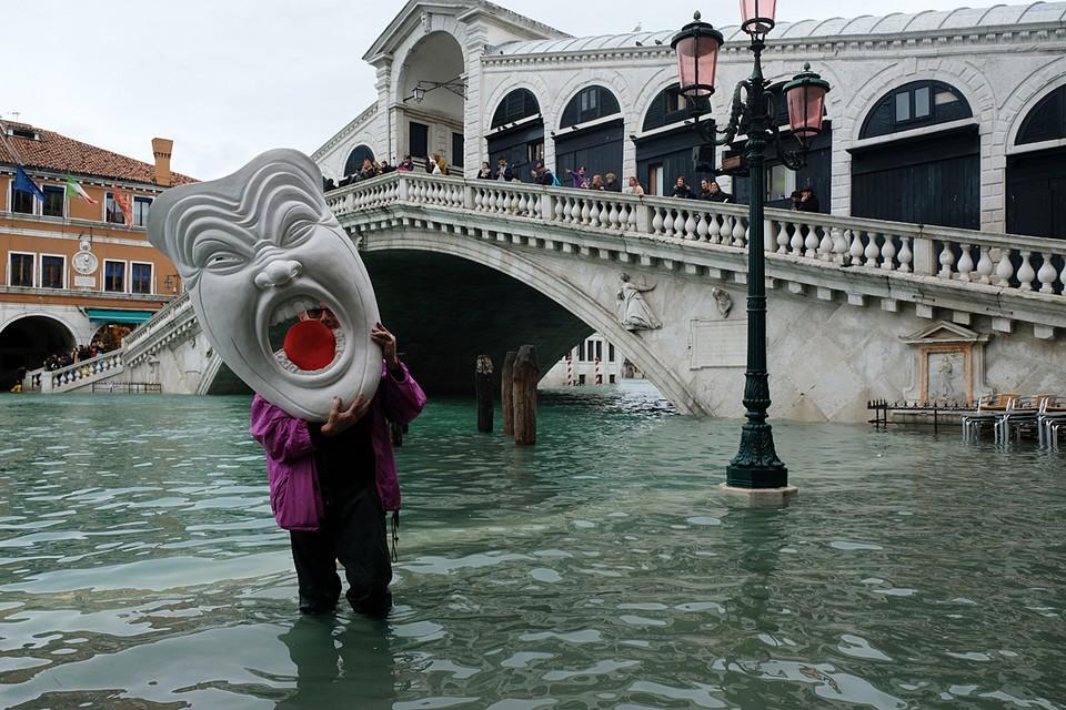 В Венеции наконец начал снижаться уровень воды. Ее уровень несколько суток держался на отметке в 1,5 метра