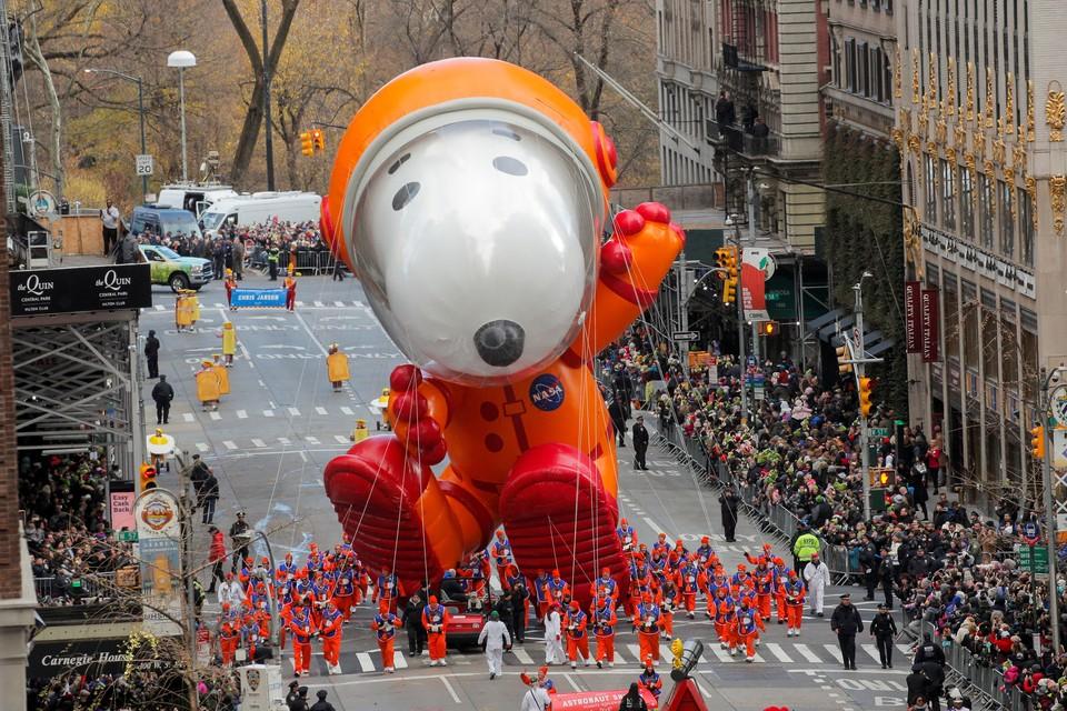 Парад гигантских надувных фигур прошел в Нью-Йорке в честь Дня благодарения.