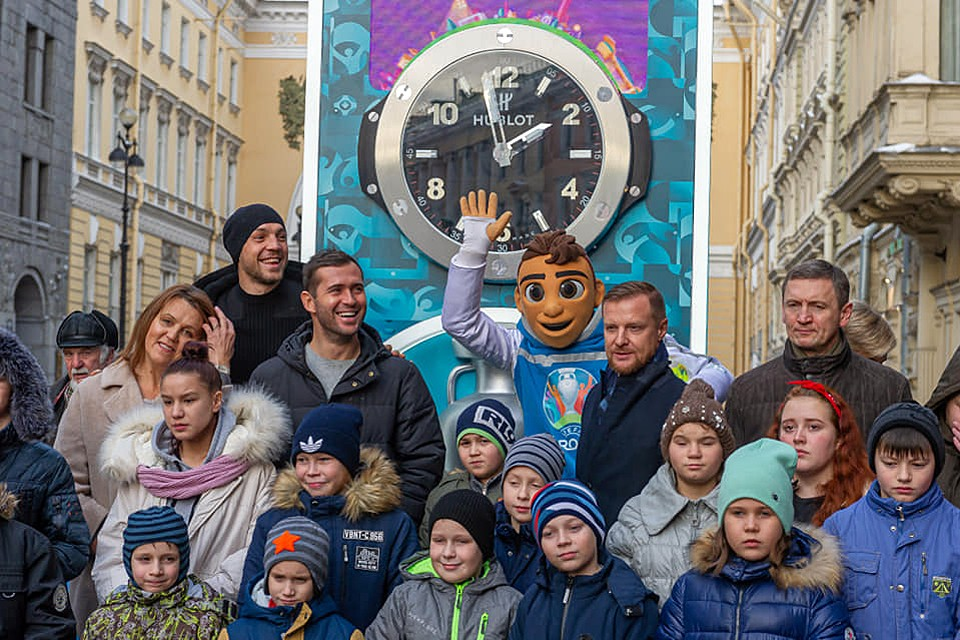 Капитан сборной России Артем Дзюба, а также бывшие игроки национальной команды Вячеслав Малафеев и Александр Кержаков запустили в центре Санкт-Петербурга часы обратного отсчета времени до старта ЕВРО-2020