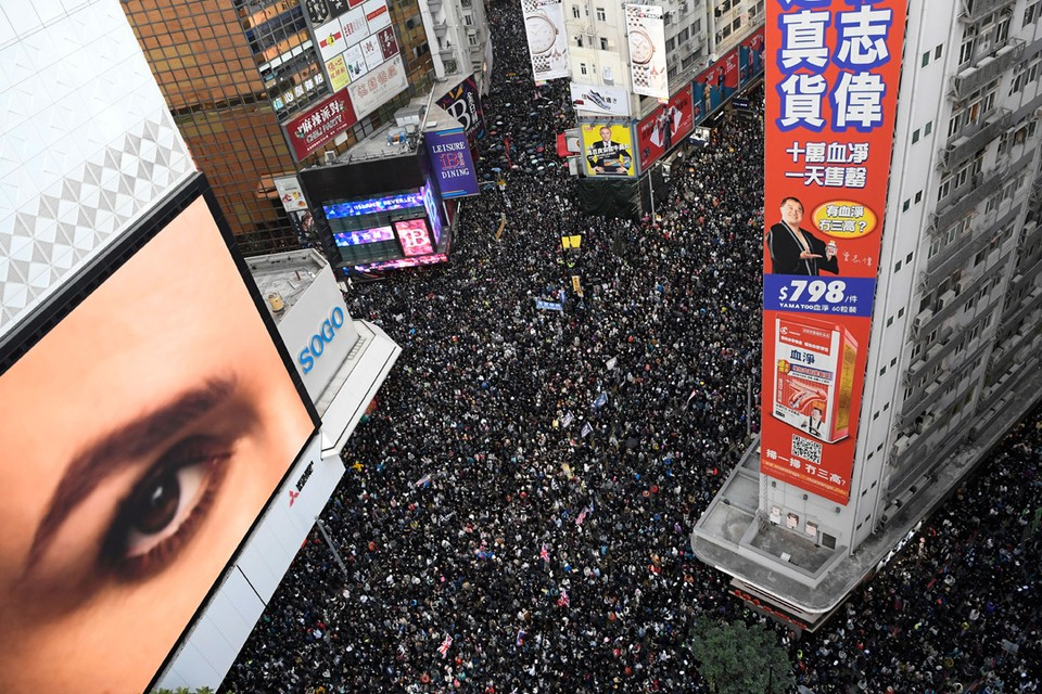 Жители Гонконга вышли на марш в честь Дня прав человека, организованный гражданским правозащитным фронтом.