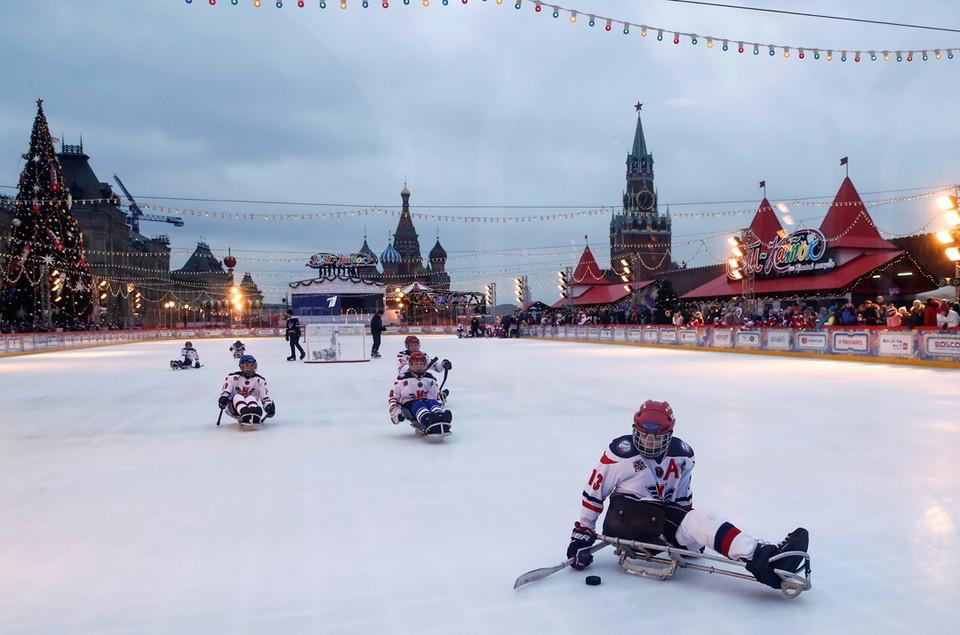 В Москве на ГУМ-катке прошел матч по следж-хоккею, чтобы привлечь внимание общественности к изменению климата и проблемам инвалидности.
