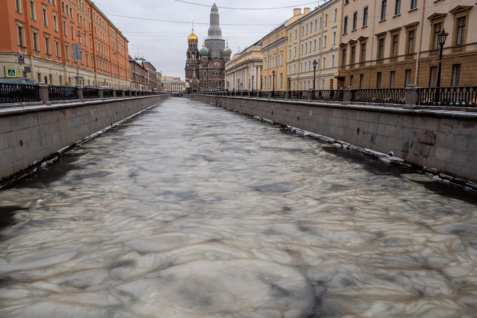 «Мраморный» лед сковал канал Грибоедова в Санкт-Петербурге