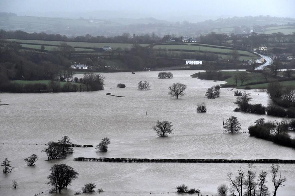 Циклон «Деннис», который обрушился на Великобританию, достиг Южного Уэльса.