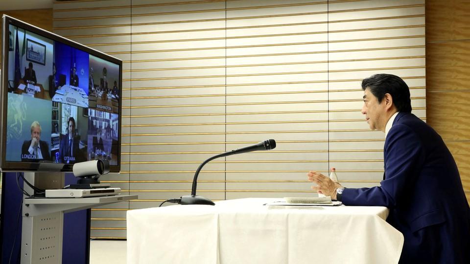 Премьер-министр Японии Синдзо Абэ провел видеоконференцию с лидерами стран Большой семерки и заявил, что добился их согласия в вопросе проведения Олимпийских и Паралимпийских игр на фоне пандемии коронавируса.