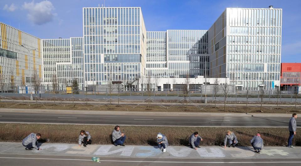 """У стен больницы, куда доставляют пациентов с коронавирусом в Москве, написали """"СПАСИБО"""" медикам."""