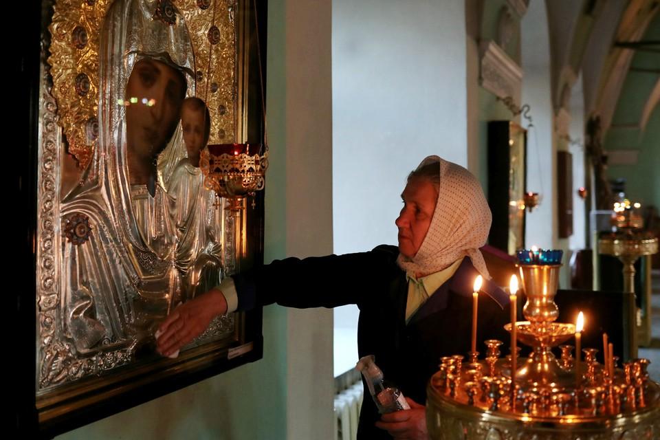Патриархия Русской православной церкви ввела специальные правила для священников: крест не целовать, святую воду менять, иконы дезинфицировать, ложку после причастия протирать спиртом
