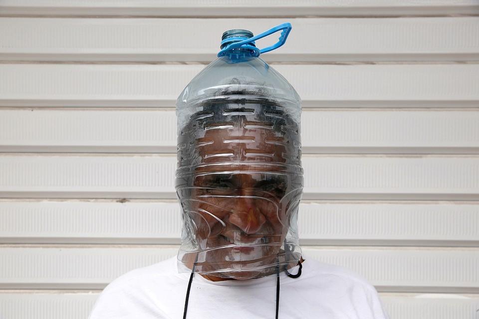 Житель перуанской столицы нашел оригинальный способ защитится от вируса