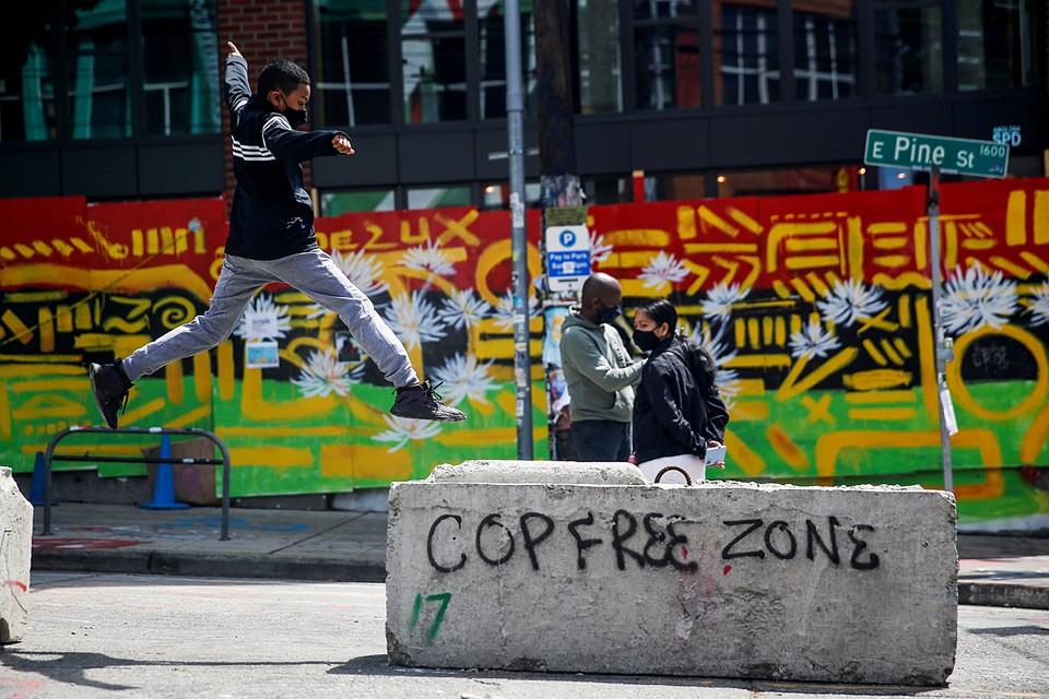 Большая часть протестующих покинула «Автономную зону Капитолийского холма» в центральной части американского Сиэтла. Блоки, которыми отделяли «границу» зоны, ещё на месте