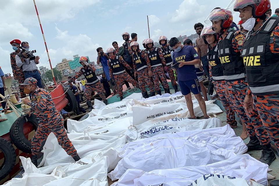 В Дакке, столице Бангладеш, на реке Бриганга затонул паром, перевозивший около 100 пассажиров