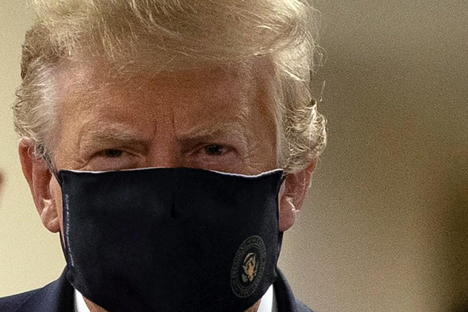 Дональд Трамп впервые с начала пандемии появился на публике в маске. Он надел ее в ходе посещения госпиталя Walter Reed