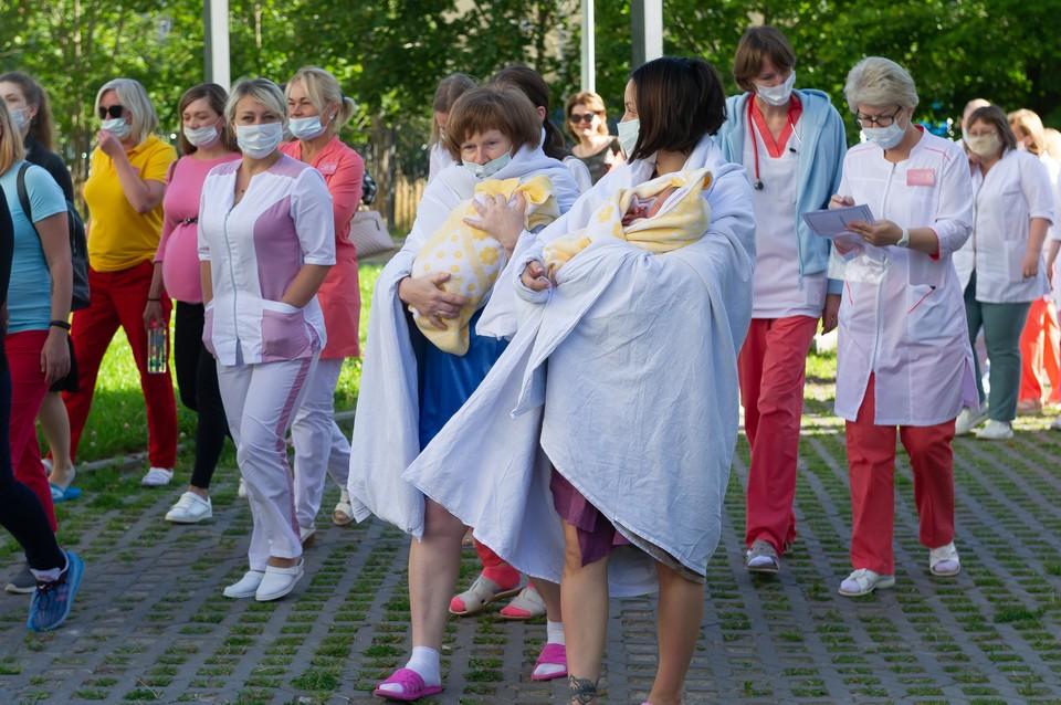 В роддоме 10 Петербурга прошли совместные учения пожарных и медиков. Готовыми медики должны быть и к внештатным ситуациям. Ведь кто-то может быть на операции, а кто-то и вовсе начнет рожать на ходу.