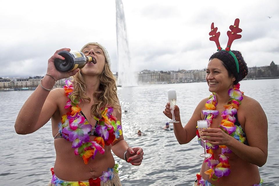 Не смотря на карантин, местные любители прохладной воды устроили традиционные новогодние купания в Женевском озере в Швейцарии
