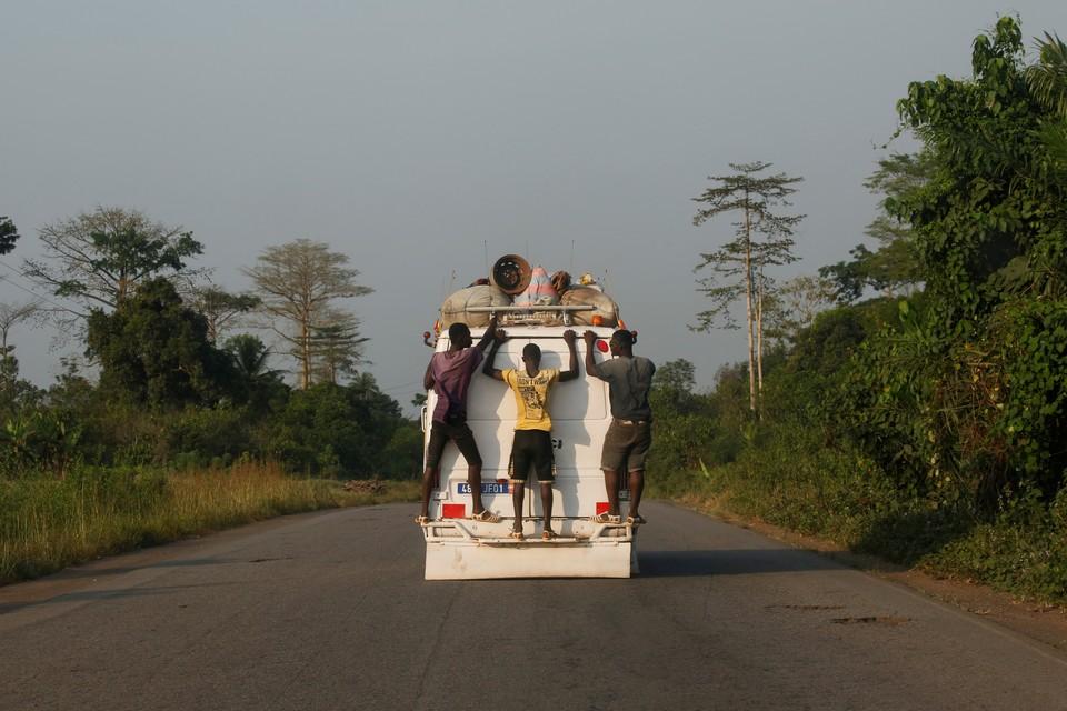 Пассажиры маршрутки в городе Субр, Кот-д'Ивуар.