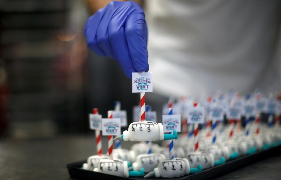 В одной из кондитерских Дортмунда продаются сладости по мотивам прививки от коронавируса.