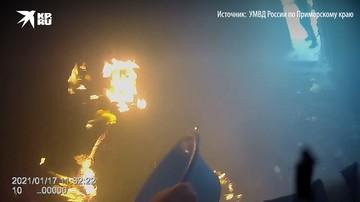 Инспекторы ДПС в Уссурийске спасли жильцов горящего дома и потушили пожар