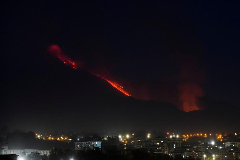 Вулкан Этна находится на восточном побережье острова Сицилия.