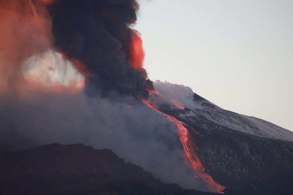 По склону горы текут потоки раскаленной лавы.