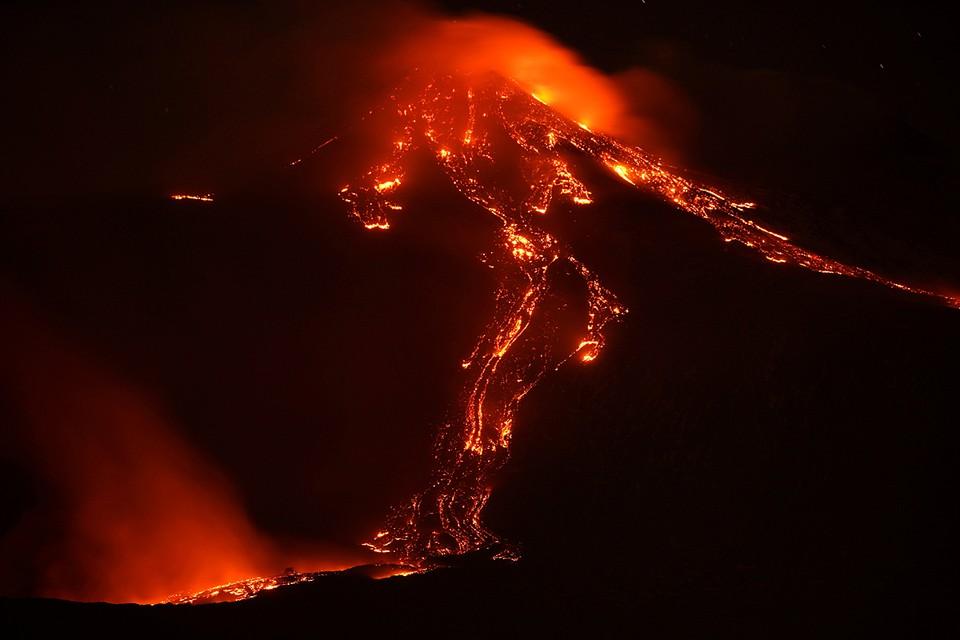 На Сицилии приостановили авиасообщение из-за извержения вулкана Этна
