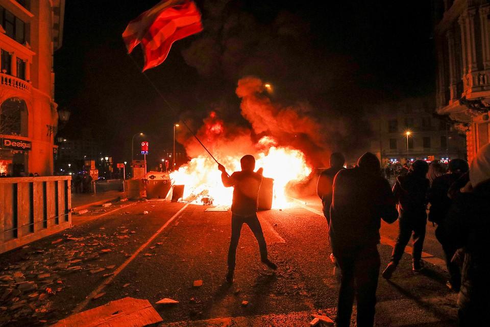 В Каталонии продолжаются акции протеста после задержания рэпера Пабло Хасселя