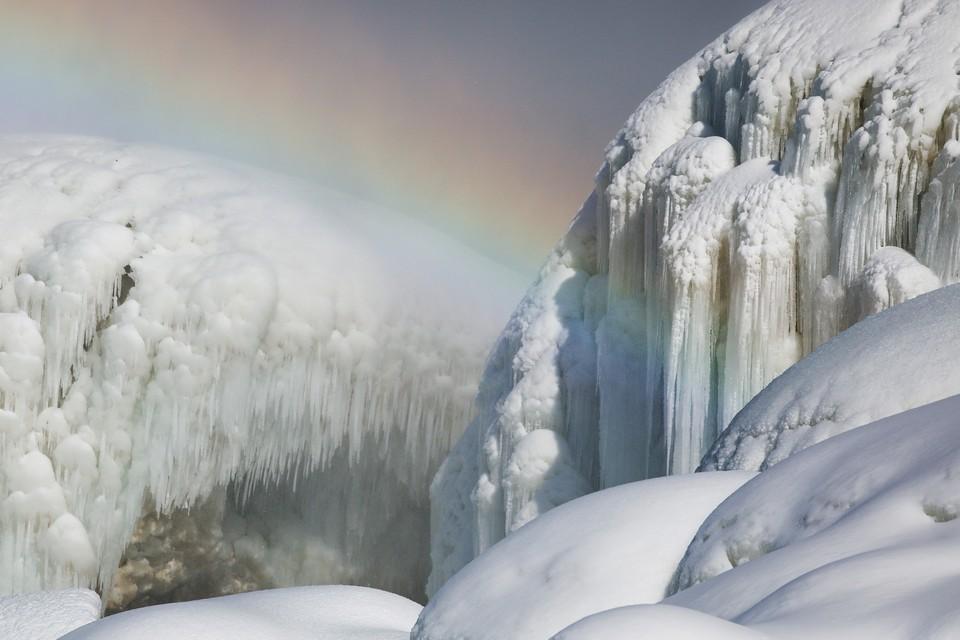 Радуга над застывшим от мороза Ниагарским водопадом.