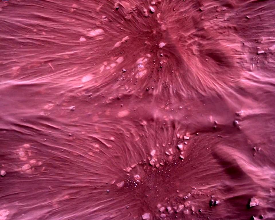 Кадр с поверхностью Красной планеты, снятый во время посадки марсохода Perseverance.