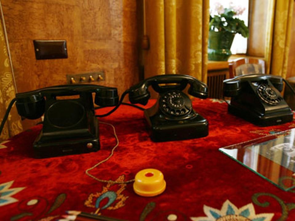 Телефоны и кнопка вызова прислуги