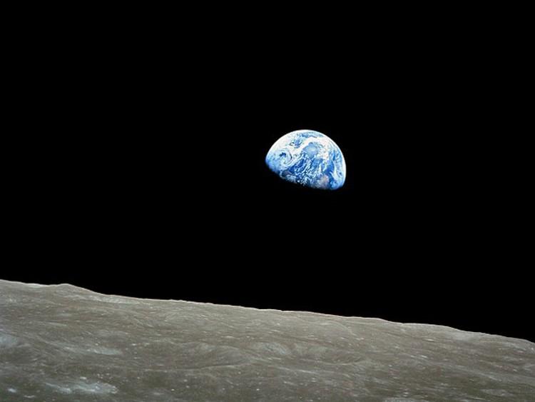 Земля действует на Луну сильнее, чем она на Землю.