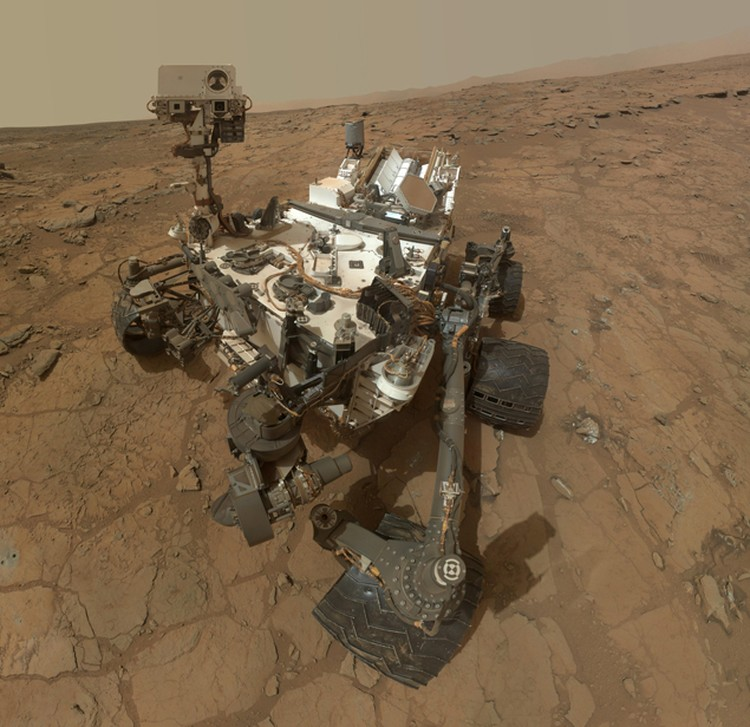 """Одно из селфи """"Люопытства"""": дает представление о том, как выглядит робот и что его окружает."""