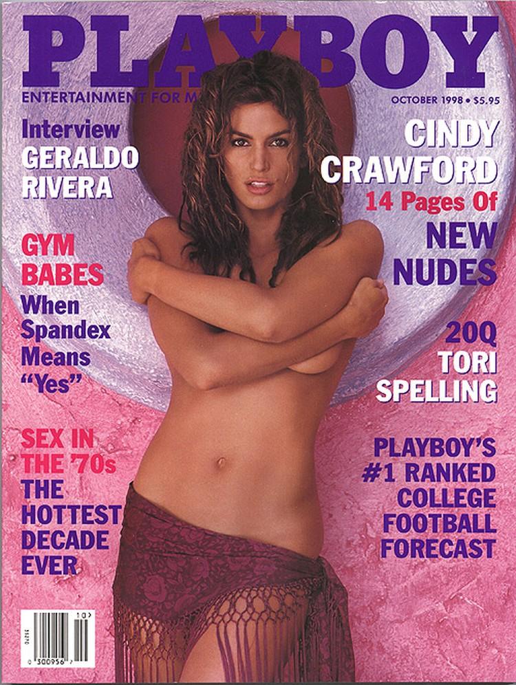 Фото той обложки Playboy, где Синди Кроуфорд стыдливо прикрывает грудь, топ-модель до сих пор хранит под стеклом у себя дома.