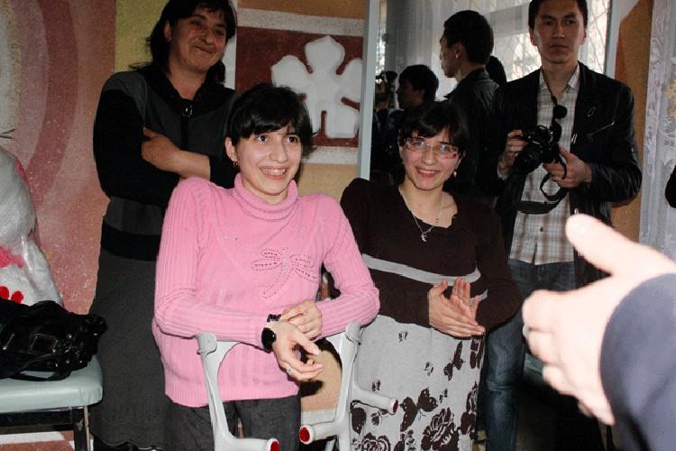 Кыргызстанские мастера для сестер изготовили по немецкой технологии сложнейшие протезы с корсетами.