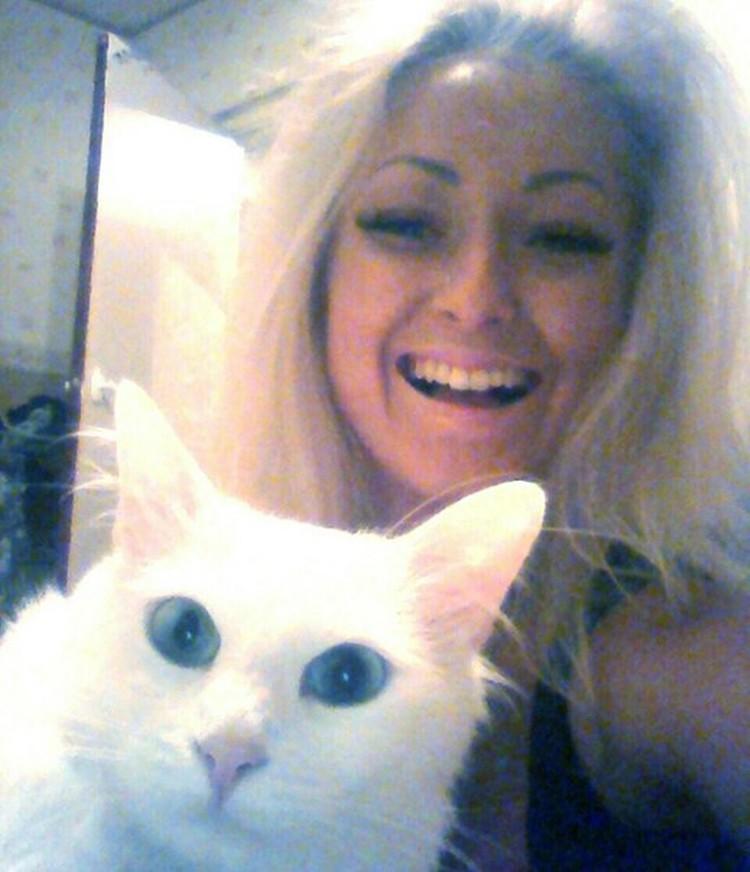 На фото Марина со своим любимчиком - белым котом. Фото: соцсети