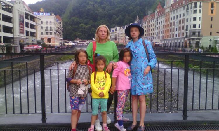 Елена Томина на многих фото - в окружении детей. Фото: соцсети