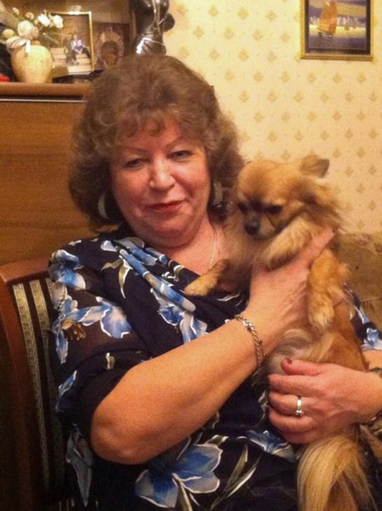 Дочка Ларисы Тарасовой перебирает фото мамы в попытках прийти в себя от горя. Фото: соцсети