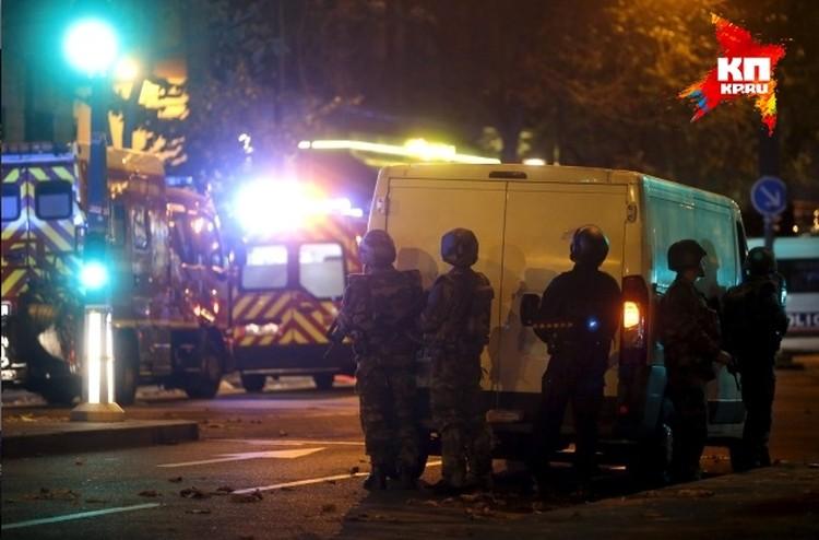 """Полиция у театра """"Батаклан"""", где держат заложников"""