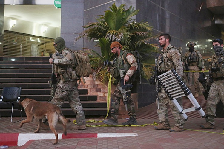 Террористы напали на отель рано утром в пятницу