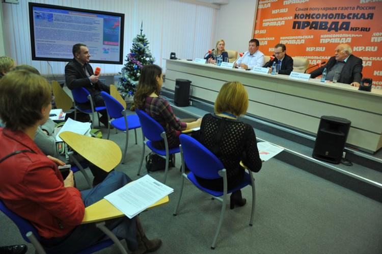 Журналисты внимательно слушают экспертов. Фото: Марина СТЕПАНОВА
