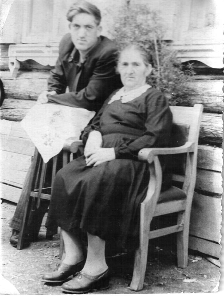 В 50-х годах на кресле сидела мама. Фото: из архива.