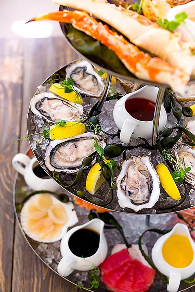 Коронное блюдо Дюран бара - плато из морепродуктов (за 7826 рублей) с устрицами совсем не наноразмеров и прочими деликатесами.